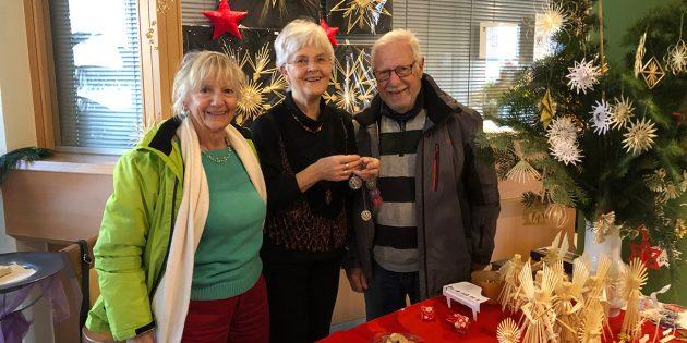 Strohsternepräsentierte Gudrun Hege (Mitte) an ihrem Stand - hier gemeinsam mit Renate Fetzer (l.), Befreundete des Hauses, und dem Lampertheimer Künstler Jürgen Richter (r.). Foto: Sigrid Samson