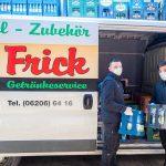 Die Fahrer des Frick Getränkeservice liefern Ihnen Ihre Getränke bis vor die Haus- oder Wohnungstür – natürlich unter entsprechenden Gesundheitsmaßnahmen. Foto: oh