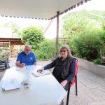 Sozialberater Dietmar Brockenauer (links) mit Herrn Wolfgang Grün im Gespräch über Schwerbehinderungen. Foto: oh