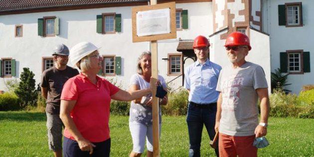 Ein symbolisch angebrachtes Schild, das Schmidt und Biehal zusammen mit Robert Lenhardt, ebenfalls Stadtverordneter aus Neuschloß, anbrachte, erinnert vorübergehend am geplanten Standort der neuen Haltestelle an das Engagement der SPD für die Haltestelle. Foto: oh