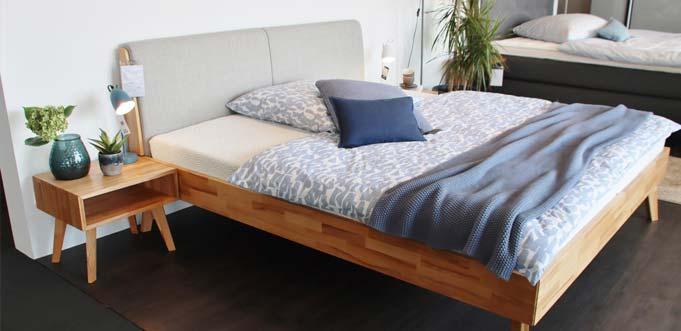 Einfach schön. Massivholzbett mit Polsterkopfteil für 998 Euro. Foto: Hannelore Nowacki