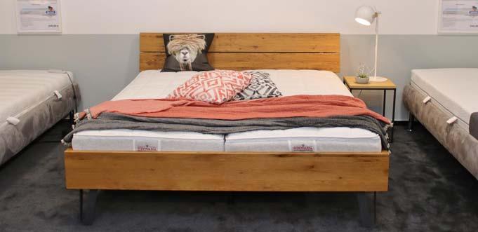 Wildeiche massiv, gebürstet und geölt – ein Bett im Vintage-Stil zum Verlieben mit Angebotspreis. Foto: Hannelore Nowacki