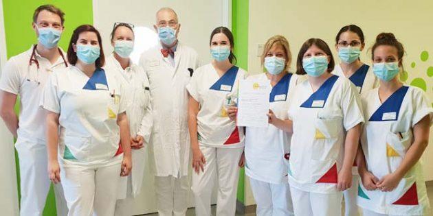 Prof. Dr. Heino Skopnik (4. von links) zeigt sich froh, dass die freiwillige Überprüfung den selbstgesteckten Anspruch bestätigen. Foto: Klinikum Worms