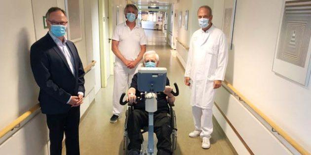 Michael Schmidt, Vorsitzender des Fördervereins, Stefan Glaser und Prof. Dr. Jochen Blum (von links) bei der Übergabe des neuen Thera-Trainers. Foto: Klinikum Worms