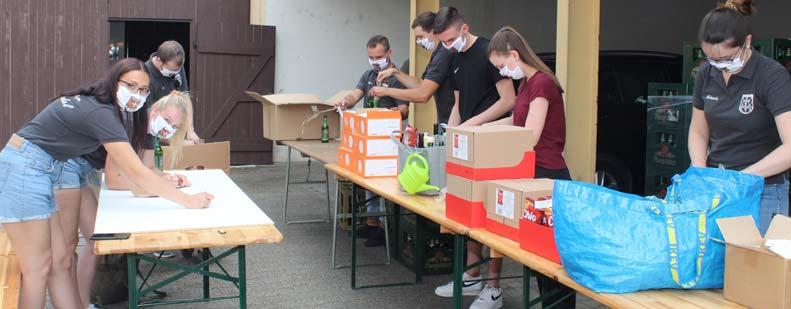 Pakete packen, Schilder malen und Dorfbrunnen putzen stand eine Woche vor dem traditionellen Kerwetreiben in Riedrode für die Kerweborsch und Kerwemädels auf dem Program. Foto: Eva Wiegand