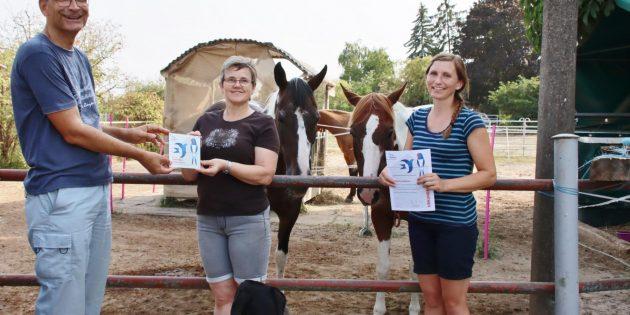 Michael Held, NABU-Vorsitzender in Bürstadt, überreichte den beiden Schwalbenfreundinnen Marion Gengnagel (links) und Saskia Mühlum die NABU-Auszeichnung für ihr schwalbenfreundliches Haus. Foto: Hannelore Nowacki
