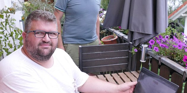 Erik Schiffner (links) und Dominique Rosebrock (rechts) zeigen die Fragen fürdie Befragung. Foto: oh
