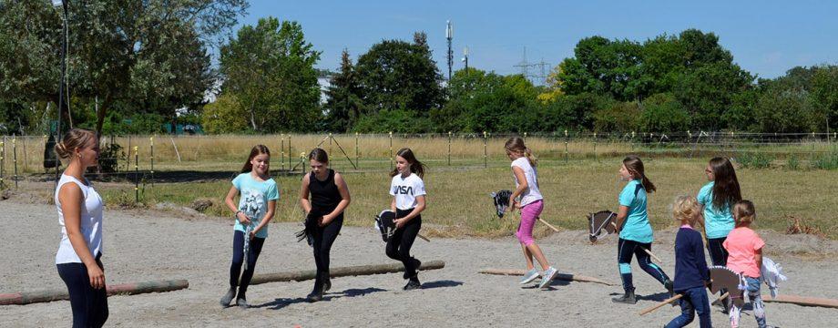 Jugendwartin Denise Schneider erklärt worauf es bei Schritt, Trab und Galopp ankommt. Foto: Petra Gahabka