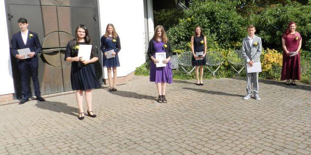 Die sieben glücklichen Konfirmandinnen und Konfirmanden aus Hüttenfeld und Neuschloß. Foto: ehr
