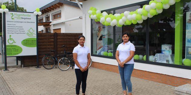 Inhaberin Nilo Raveendran (links) und ihre Mitarbeiterin Thuvarakan Thuvasini beraten die Kunden gerne ausführlich zu dem angebotenen Sortiment im neu eröffneten Sanitätshaus Pflegehilfsmittel Bergstrasse. Foto: Eva Wiegand