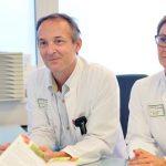 Dr. Christan Plötz und Dr. Verena Ursprung im Gespräch mit einer erfolgreich operierten Patientin. Foto: Klinikum Worms/Pakalski