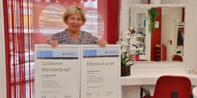 Darüber freut sich Inge Stumpf: Mit dem Goldenen Meisterbrief würdigt die Handwerkskammer Frankfurt-Rhein-Main ihr 50-jähriges Meisterjubiläum. Mit der Ehrenurkunde zollt die Handwerkskammer Dank und Anerkennung aus Anlass des 100-jährigen Geschäftsjubiläums. Foto: Hannelore Nowacki