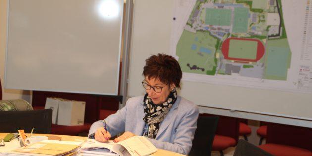 """""""Jetzt ist es kein Phantasiegebilde mehr"""" - mit der Unterzeichnung des letzten Bauantrags für die auf dem Sport- und Bildungscampus entstehende Freilufthalle werde deutlich, dass der Plan nun in die Realisierung gehe, meinte Bürgermeisterin Barbara Schader. Foto: Eva Wiegand"""