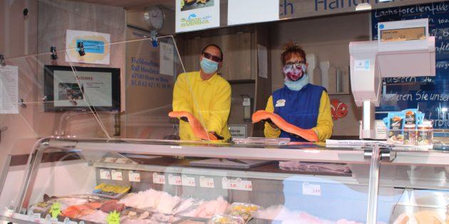 Ralf Handrick und Rosemarie Fehres helfen bei allen Fragen rund um den Fisch gerne weiter und versorgen die Marktbesucher mit allerfeinster Ware. Foto: Eva Wiegand