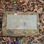 Bronzene Tafeln mit Namen, militärischem Rang und den Lebensdaten erinnern an die Opfer des 2. Weltkrieges in Biblis. Foto: oh
