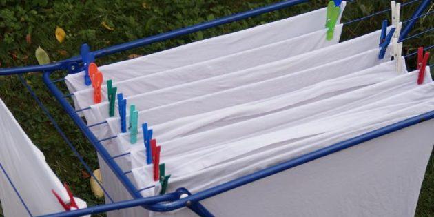 Wird die Wäsche vor dem Aufhängen gut ausgeschlagen und glatt gezogen, kann man anschließend noch Zeit und Strom sparen, weil die meisten Stücke gar nicht mehr gebügelt werden müssen. Foto: NABU Bürstadt