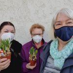 Der Vorstand des Frauenchor Chorisma überraschte seine Mitglieder kurz vor Ostern mit einem Blumengruß. Foto: o