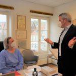 Landrat Christian Engelhardt (rechts) informiert sich bei Allgemeinmedizinerin Klaudia Ragnery über den Impfstart in der Bensheimer Praxis. Foto: oh