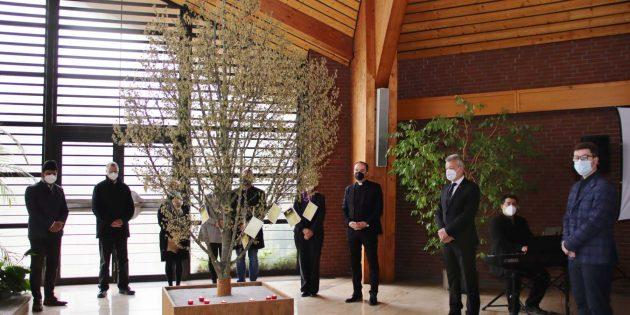 Optisch im Mittelpunkt des Gedenkens stand der Trauerbaum, dessen zarte Zweige persönliche Trauerkarten trugen. In Lampertheim sind bislang 51 Menschen an oder mit Corona verstorben, teilte Bürgermeister Gottfried Störmer in seiner Ansprache mit. Foto: Hannelore Nowacki