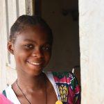 Christine (17) aus Kamerun wurde erfolgreich am Grauen Star operiert und kann wieder klar sehen. Foto: CBM