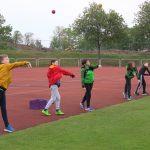 Die geteilte Gruppe U12 beim Wurftraining: 14-Jährige und Jüngere dürfen nach der neuen Bundes-Notbremse nur in Fünfergruppen trainieren. Foto: Eva Wiegand
