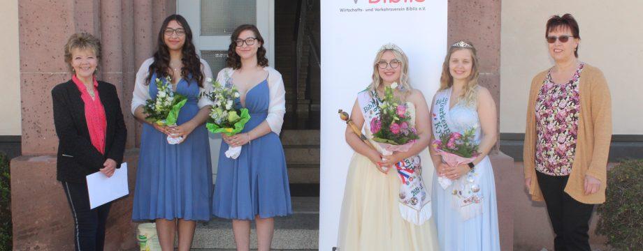 Freuen sich schon auf ihre neue Aufgabe: Die zukünftige Gurkenkönigin Leonie Marie Kipfstuhl (3.v.l.) und ihre Gurkenprinzessin Melanie Rasika Nitsch (2.v.l). Blumen gab es von Liselotte Blume-Denise (l.) und Johanna Iovine (r.) vom WVB und Gratulationen überbrachten die beiden scheidenden Hoheiten Noemi (3.v.r.) und Kyra. Foto: Eva Wiegand