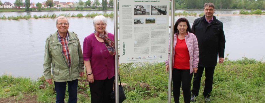 Einweihung der Geopark-Tafel im Regen bei bester Stimmung (von links): Günter Mössinger, Gisela Gibtner, Heide Adam und Bürgermeister Volker Scheib. Foto: Hannelore Nowacki