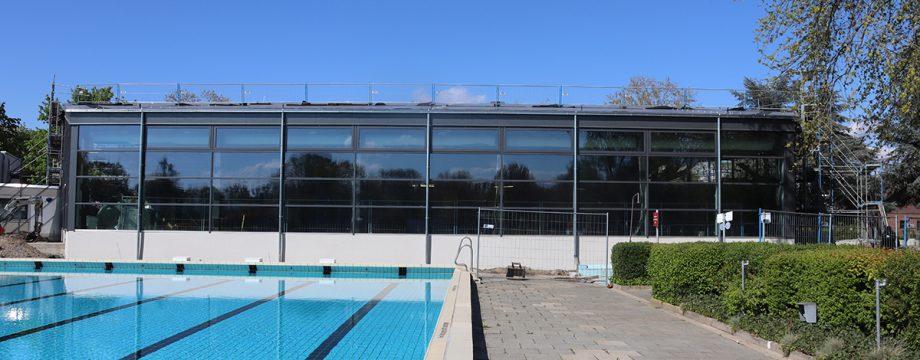 Die Rückfassade des Hallenbades der Biedensand Bäder ist bereits fertig – vom Freibad aus lässt sich erkennen, wie die neue Schwimmhalle von außen wirken wird. Foto: Benjamin Kloos