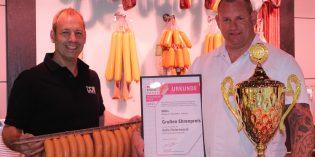 Der Geschäftsführer der Metzgerei Doll, Michael Gärtner (links) ist stolz auf seinen erfolgreichen Produktionsleiter, den Wurst- und Schinkensommelier Torsten Bumb. Dieser hat mit der hauseigenen Fleischwurst den Titel zum grossen Ehrenpokal beim nationalen Wettbewerb in NRW gewonnen. Foto: Eva Wiegand