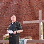 Pfarrer Ralf Kröger verlas die Namen der zwölf gewählten Kirchenvorstände. Foto: Hannelore Nowacki