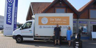 Reifenhändler Stefan Mast und seine Frau Susanne bei der Übergabe der Reifenspende die Tafel Lampertheim. Foto: Benjamin Kloos