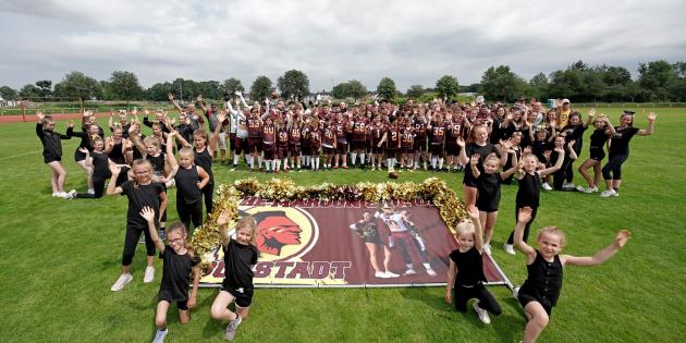 Gar nicht so einfach, ein Gruppenbild zu gestalten, bei dem die Mindestabstände zwischen den Teams eingehalten werden, ohne das dies auf dem Bild selbst deutlich wird. Die Redskins machen es vor! Foto: oh