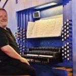 BUZ: Johannes Mayr, Jahrgang 1963, hat katholische Kirchenmusik studiert und wirkte als hauptamtlicher Kirchenmusiker an mehreren Orten, seit 2011 ist er Domorganist an der Konkathedrale und Domkirche St. Eberhard in der Stuttgarter Innenstadt. An der Tübinger Hochschule für Kirchenmusik hat er seit 2004 einen Lehrauftrag, an der Stuttgarter Musikhochschule lehrt er seit 2009 im Fach Orgelimprovisation. 2015 wurde er zu Kirchenmusikdirektor ernannt, 2018 zum Honorarprofessor. Zahlreiche Auszeichnungen erhielt er als Orgelimprovisator. Foto: Hannelore Nowacki
