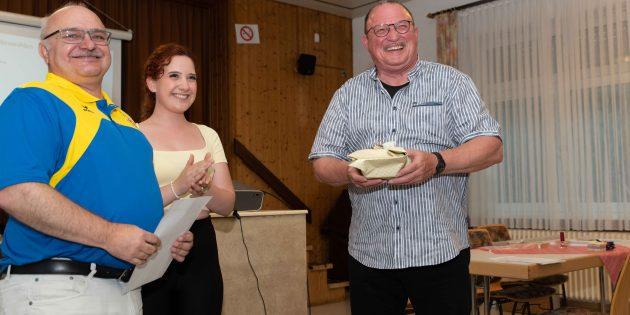 BUZ: Der 1. Judo Club dankte Reinhold Schober (rechts) für seine langjährige tolle Arbeit als Vorsitzender. Foto: oh