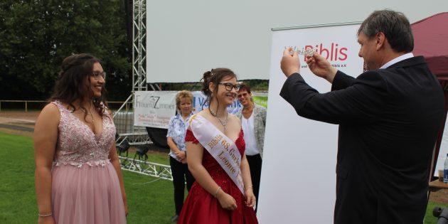 Der Krönungsmeister Volker Scheib legte den beiden Hoheiten Leonie-Marie und Melanie Schärpe und Kronen an.Foto: Eva Wiegand