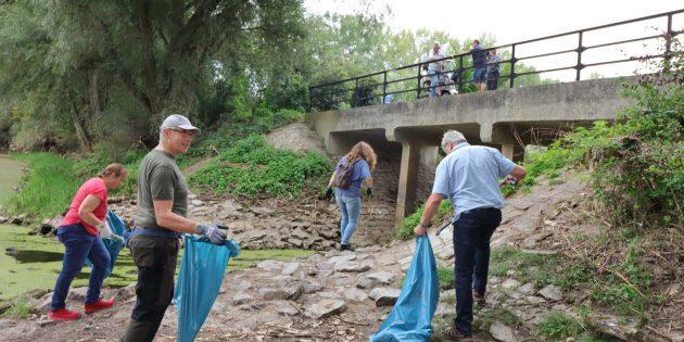 Den Teilnehmern am städtischen RhineCleanUp war bei beim Müllsammeln am Altrhein kein Weg zu steil oder zu steinig. Foto: Hannelore Nowacki