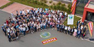 Daumen hoch für eine nachhaltige Zukunft: NORMA-Mitarbeitende und die Geschäftsleitung versammelten sich zur Übergabe des Zertifikats von GREEN BRAND vor dem Unternehmenssitz in Fürth. Foto: NORMA