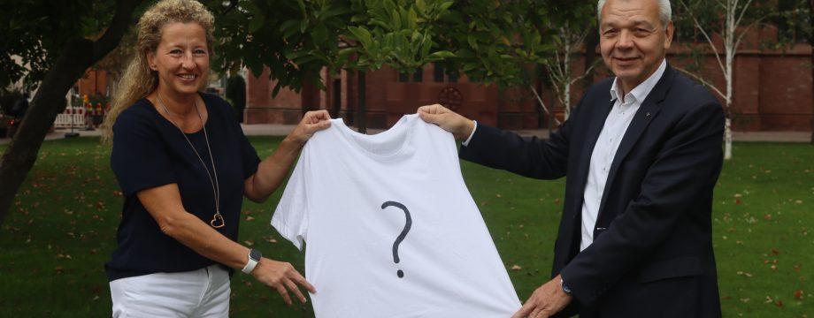 Noch wird nicht verraten, welche Farbe das diesjährige Finisher-Shirt des Spargellaufs hat – Organisatorin Sabine Gärtner und Bürgermeister Gottfried Störmer (v.l.) hoffen auf zahlreiche Anmeldungen. Foto: Benjamin Kloos