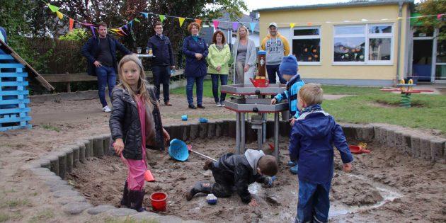 Ein Spielparadies aus Wasser und Sand – die Matschanlage und Naturstation im Garten der städtischen Kindertagesstätte in der Schubertstraße. Foto: Hannelore Nowacki