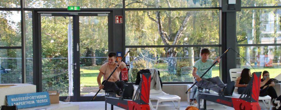 Wassersport als Trockenübung – der Wassersportverein Lampertheim machte es im Hallenbad vor. Foto: Hannelore Nowacki