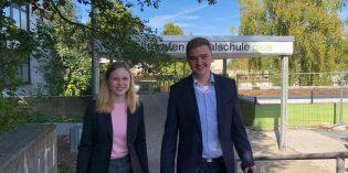 Tatjana Tegel und Johannes Jung vom Planspiel Börse-Team der Sparkasse Worms-Alzey-Ried auf dem Weg zu den Auftaktveranstaltungen in den Schulen. Foto: oh