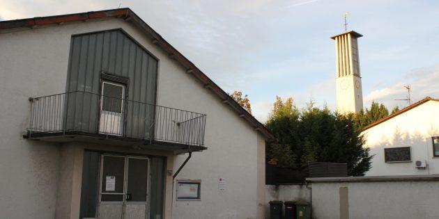 Das sichtlich in die Jahre gekommene Jugendheim und das ehemalige Pfarrhaus könnten dem Neubau eines Alten- und Pflegeheimes weichen. Foto: Nadine Schütz