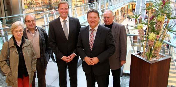 Center Manager Jan Wengeler (3,v.l.) und neben ihm Oppenheims Stadtbürgermeister Marcus Held.