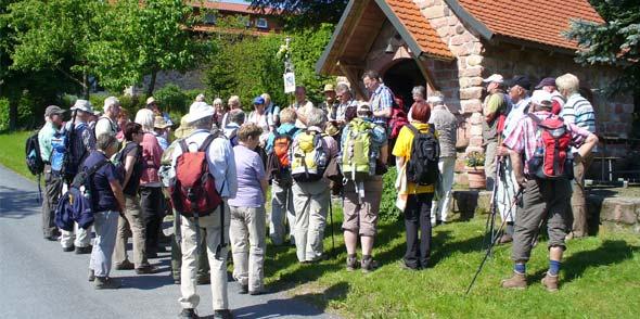 Die Wallfahrtsgruppe vor einer Privatkapelle im Odenwald bei einem Impuls mit Pfarrer Andreas Rubel, direkt vor dem Eingang.