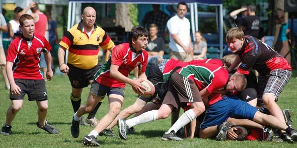 Für 26 Rugby-Jugendspieler aus Worms (rotes Trikot) heißt es bei den World Games in Klagenfurt die Farben der Nibelungenstadt hochhalten. Foto: Gernot Kirch