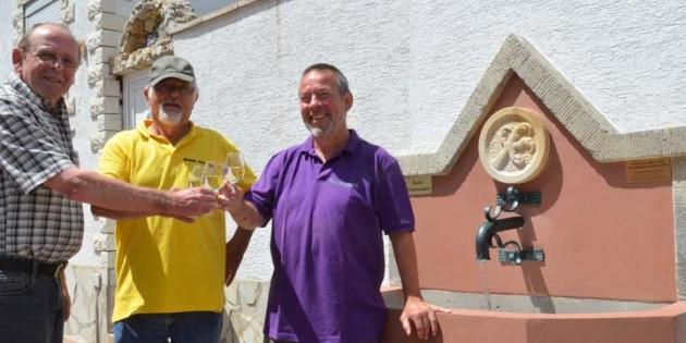 Stolz sind Ortschef Leo Jugenheimer, Hans-Jürgen Winter und der älteste Freitagsturner Hermann Balder (von links) auf den restaurierten Brunnen. Foto: Lili Judith Oberle