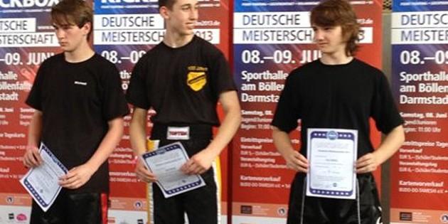 Lars Hinkel (Bildmitte) vom TV Uelversheim wurde Deutscher Meister im Taekwondo der U16-Junioren im Leichtkontakt.