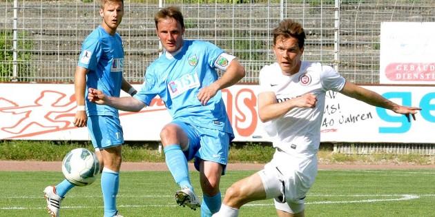 Guter Einstand! Neuzugang Carsten Sträßer (Mitte) gelang in der 18. Minute gegen den SV Wehen-Wiesbaden das Führungstor.  Foto: madi
