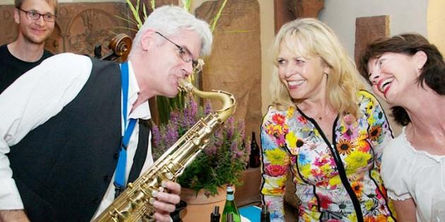 """Das Neustädter Duo """"Café Chez Nous"""" untermalte die stimmungsvolle Veranstaltung mit Klassikern wie dem """"Pink Panther Theme"""", """"Bei mir bist Du schoen"""" oder """"Take Five"""". Nicht nur Sanneliese Stein und Rita Spohr ließen sich von den symphathischen Musikern und ihrer Musik anstecken. Foto: Robert Lehr"""