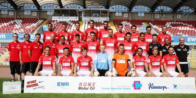 Die neue Regionalliga-Wormatia-Mannschaft 2013/2014 mit Chef-Trainer Stefan Emmerling (rechts). Wer da wohl am Samstag in der EWR-Arena auflaufen darf, um mit Erfolg in die neue Saison zu starten, bleibt offen. Foto: Klaus Diehl